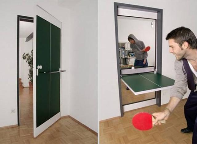 4. A door becomes a Ping Pong, the dream of every office worker stressed.